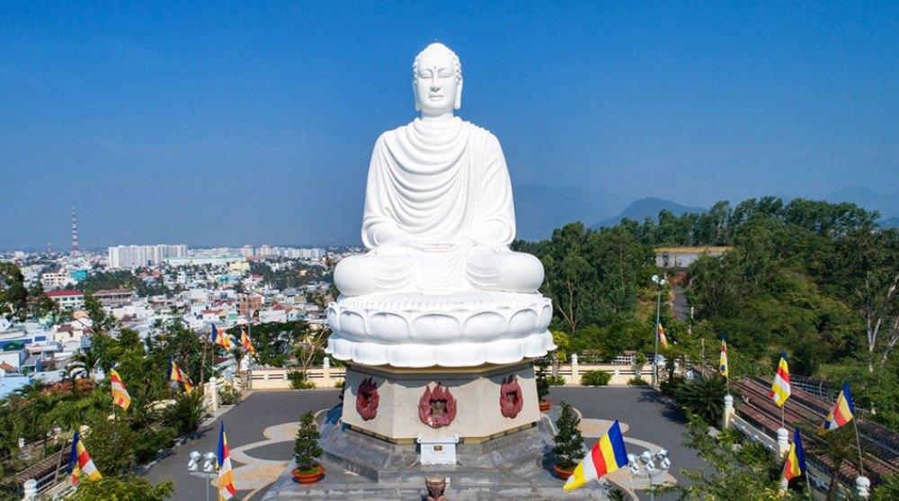 Chùa Long Sơn nổi tiếng trong các điểm du lịch Nha Trang